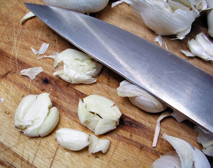 how to flatten garlic using the side of a knife