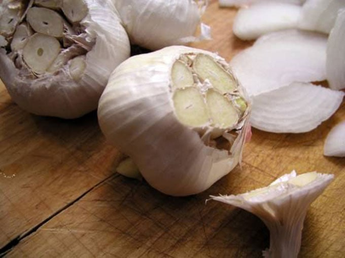 plov-cut-garlic-bulbs