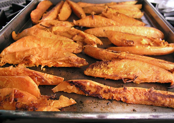 Chili and Brown Sugar Sweet Potato Wedges with Chipotle Aioli Dipping Sauce | Panning The Globe
