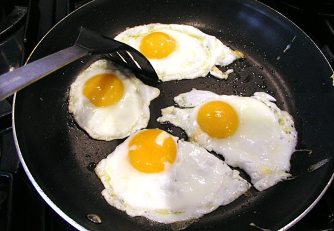 how to fry eggs for huevos rancheros