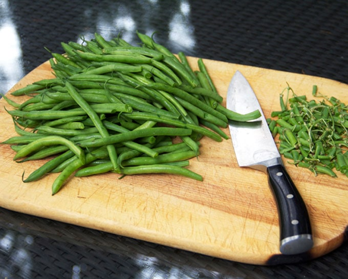 photo shows how to trim green beans.