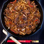 Chinese Fun Noodles with Beef : just 35 minutes to make this delicious stir-fry with rice noodles and beef. Better and healthier than takeout | Panning The Globe