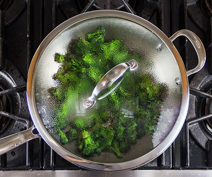 It's easyto make the most delicious Chinese Beef and Broccoli stir fry at home, lighter and healthier than takeout. Tender beef, crisp-tender broccoli, delicious sauce. Serve with fluffy white rice l Panning The Globe recipe