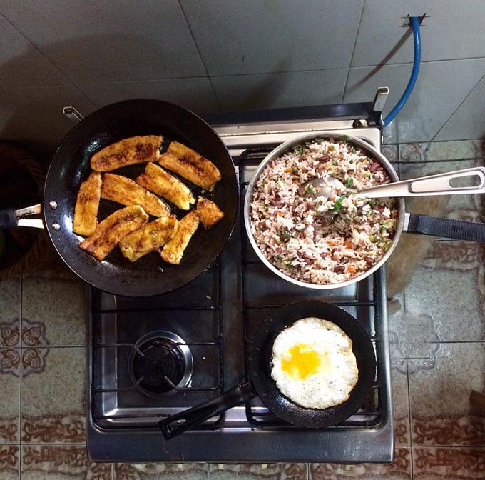 How to make authentic Costa Rican Gallo Pinto with fried eggs and plantains