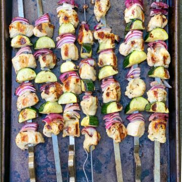 7 grilled skewers of chicken souvlaki with zucchini and red onions